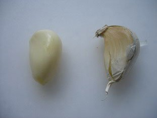 How to peel a garlic clove easily