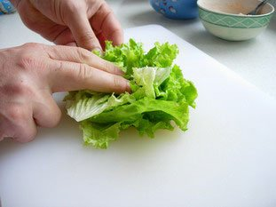 "Lettuce ""chiffonade"" : Photo of step #2"