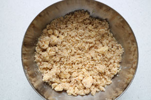 Autumn apple and plum crumble pie : Photo of step #4