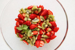 Strawberry and kiwi fruit salad : Photo of step #3