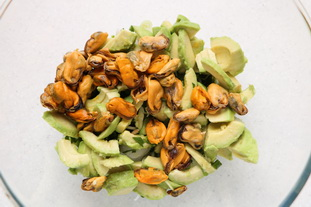 Cucumber, avocado and mussel salad : Photo of step #4