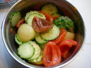 Multicoloured cucumber-tomato salad : Photo of step #7