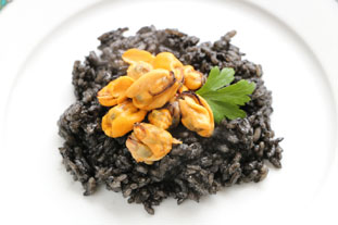 Mussels with arroz negro
