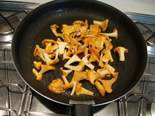 Pan-fried scallops and chanterelles with Noilly Prat sauce : Photo of step #4