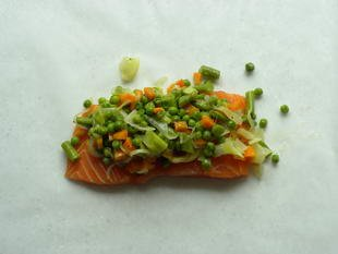 "Salmon ""en papillote"" with small vegetables : Photo of step #7"