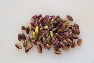 How to peel pistachios : Photo of step #1