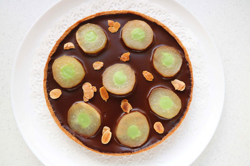 Pear and chocolate tart with a hint of mint