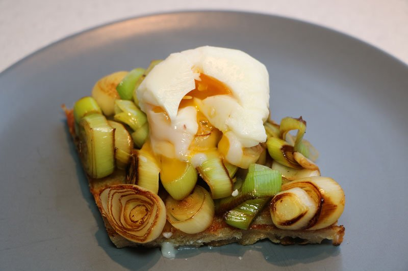 Fried bread with leek and poached egg