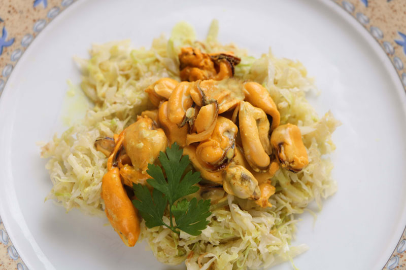 Curried mussels with cabbage