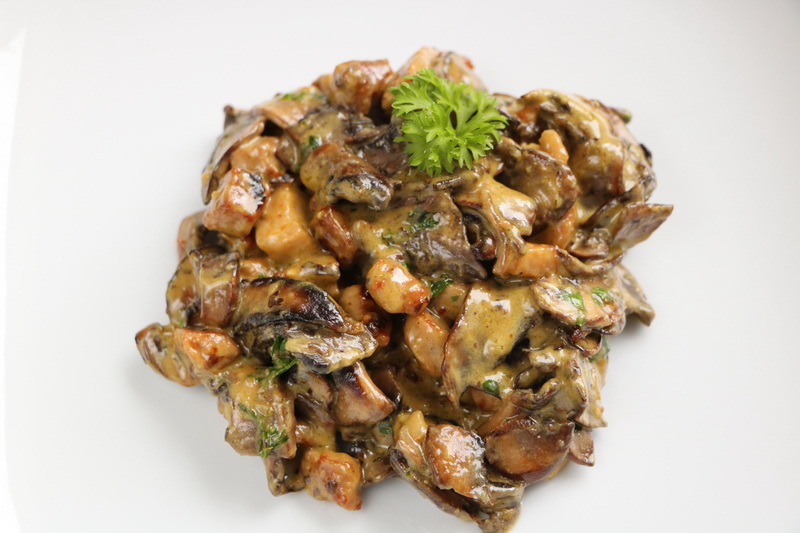 Sautéed pork with mushrooms in a cream sauce.