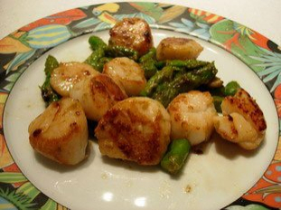 Scallops with green asparagus tips and parmesan